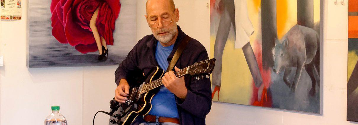 Ludwig Licht empfängt die Gäste mit stimmungsvoller Musik (RN) Foto: Dr. Bernd Hessner