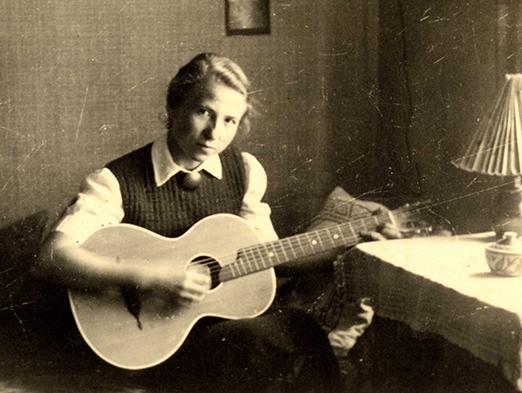 Lichts Mutter Else mit ihrer Gitarre