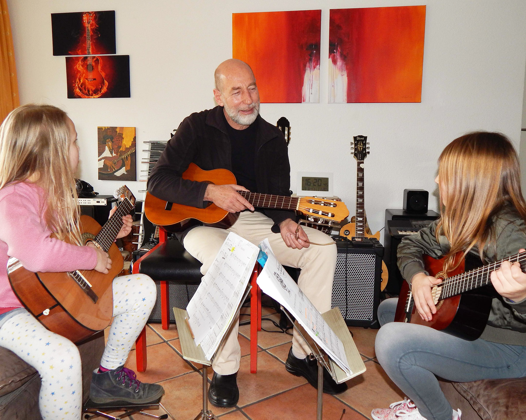 Ludwig Licht während des Gitarrenunterrichtes