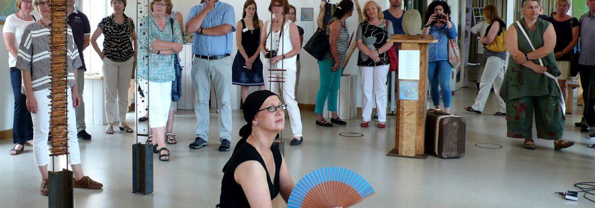 Aufmerksam verfolgen die Besucher die Veranstaltung (Foto: Ha-Jü Schaeffer) Gabi Bücker (2.v.l.)