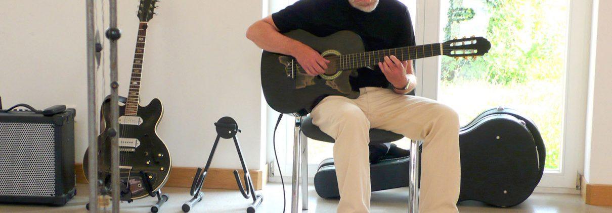 """Ludwig Licht spielt seine Komposition """"Julia"""" (Foto: Ha-Jü Schaeffer)"""